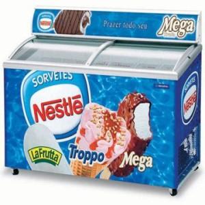 Tủ đông được dán thương hiệu Nestle