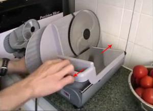 Tay cầm này có thể kéo về 2 phía khi thái thực phẩm