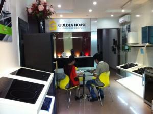 Nhân viên Fagor Golden House tư vấn sản phẩm cho khách hàng