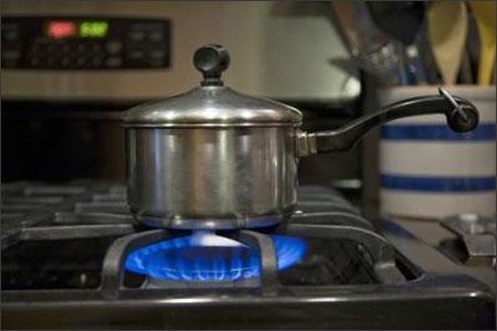 Kiểm tra dây dẫn bếp gas định kỳ để đảm bảo an toàn cho gia đình