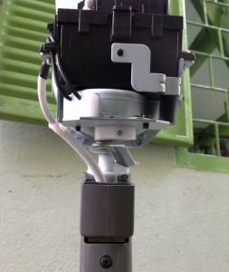 Quạt dùng điều khiển từ xa nên phần quay được giao nhiệm vụ cho motor riêng