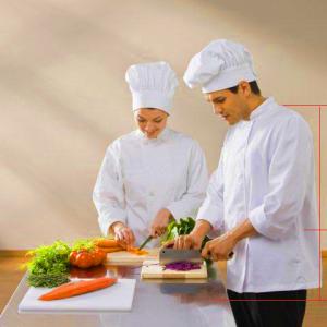 Minh họa về chiều cao của đầu bếp so với mặt bàn, bếp