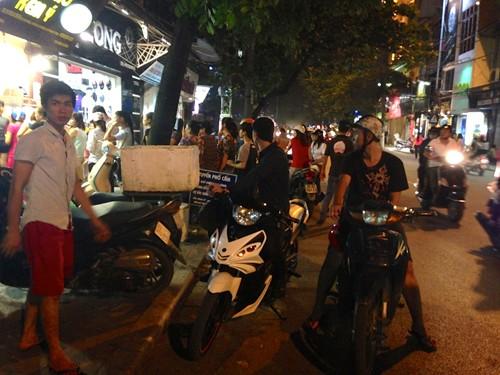 Khách đến mua tràn ngập phố, thường xuyên gây ách tắc giao thông.