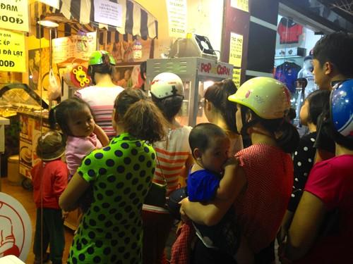 Đủ mọi lứa tuổi cùng tham gia xếp hàng mua bắp rang bơ.