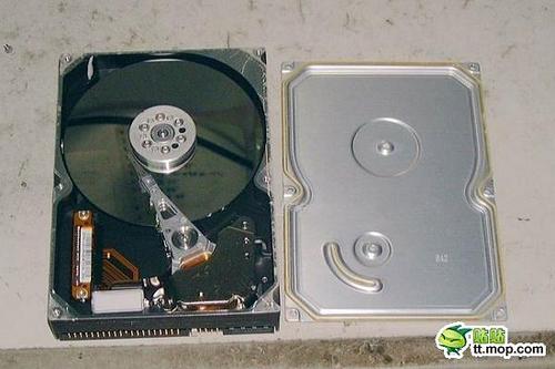 Tháo nắp ổ cứng cũ