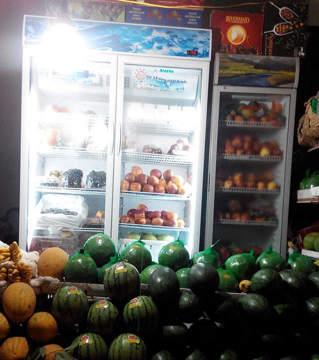 Tủ mát trưng bày hoa quả trong cửa hàng