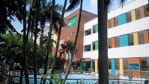 Bể bơi trong trường