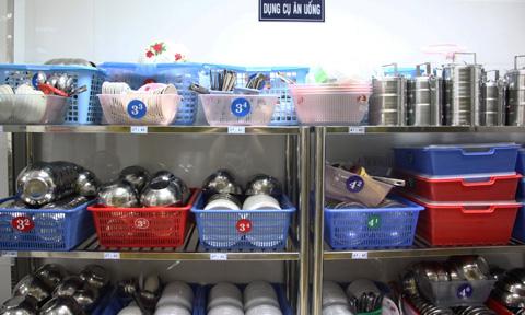 Cận cảnh tủ đựng dụng cụ ăn uống dành cho học sinh
