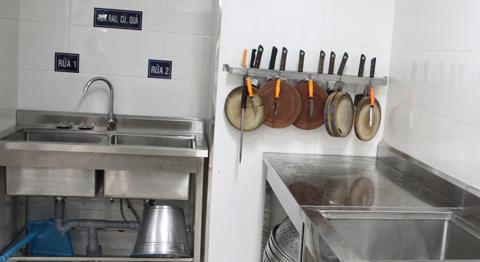 Tủ và hộp đựng các dụng cụ chế biến như thớt, dao…
