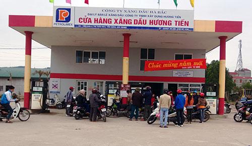 Cửa hàng xăng dầu ngay lối vào công ty