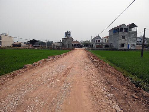 Đường vào khu chăn nuôi quân đoàn 2 cách cầu Thảo hơn 1km đường đi khá khó khăn