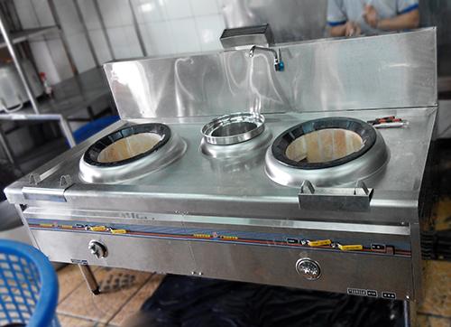 Nhân viên anybuy lắp đặt bếp cho khách hàng