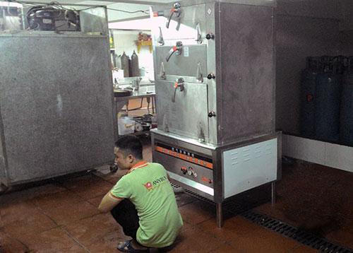Nhân viên ANYBUY đang lắp đặt vận hành tủ hấp hải sản cho nhà hàng