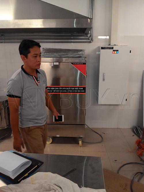 Kỹ thuật viên của Sóng Việt hướng dẫn hệ thống điện phòng bếp