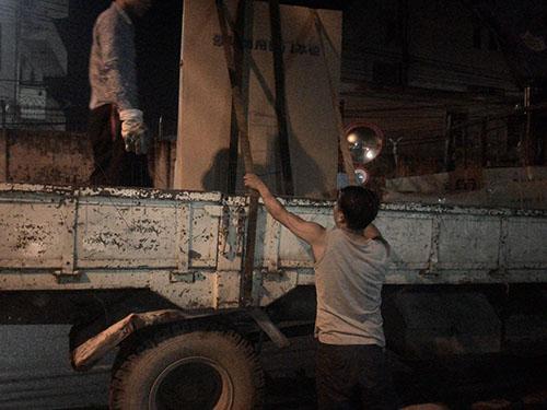 Xe cẩu vận chuyển thiết bị đến nhà hàng