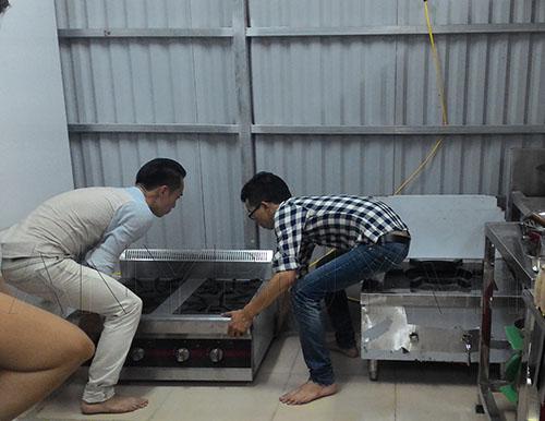 Bếp âu 4 họng và bếp hầm được đặt vào vị trí