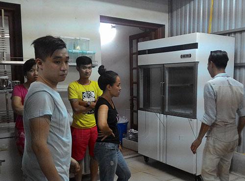 Tủ đông sau khi vận chuyển lên phòng bếp